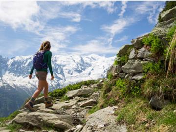 femme qui fait une randonnée en montagne en été