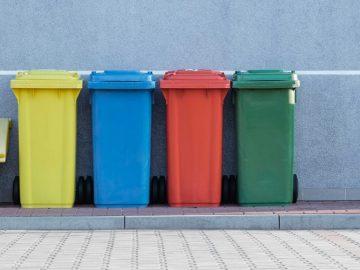 Poubelles de recyclages de couleurs différentes pour les différents types de déchets