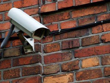 camera de surveillance sur un mur en briques rouges