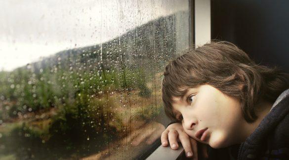 enfant qui s'appuie contre la fenêtre d'un train
