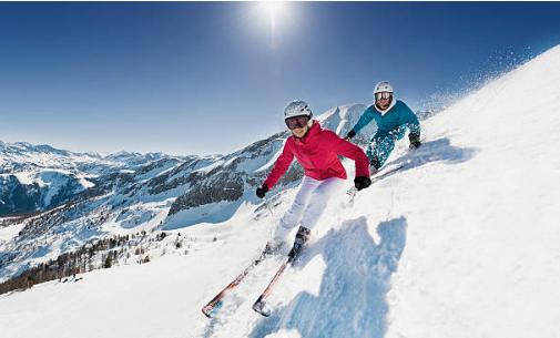 deux skieurs descendant une piste à skis