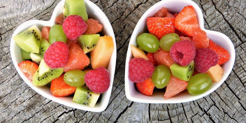 salades de fruits dans des saladiers en forme de coeur