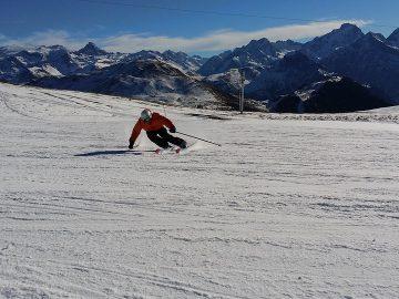 skieur descendant une piste à skis
