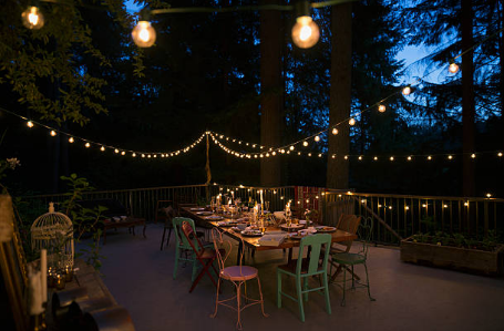 terrasse avec salon de jardin et guirlandes lumineuses