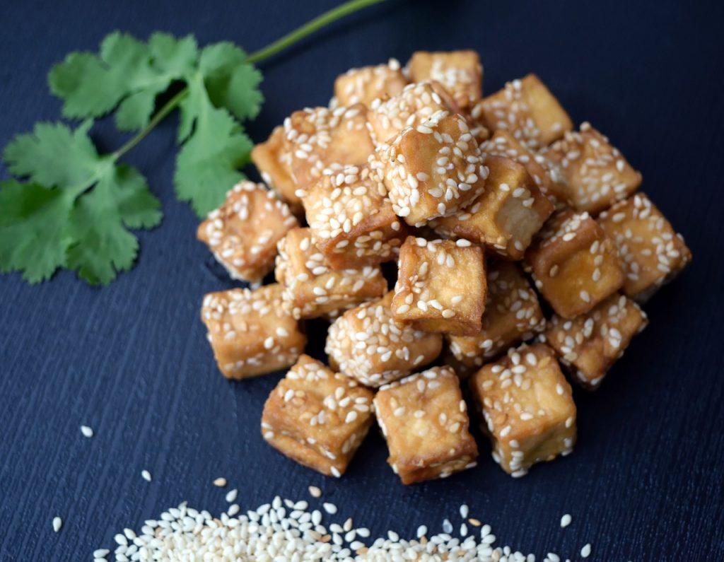 tofu avec graines parsemées et feuille de persil