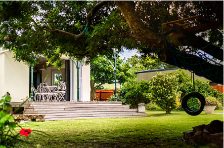 extérieur de maison avec terrasse et balançoire