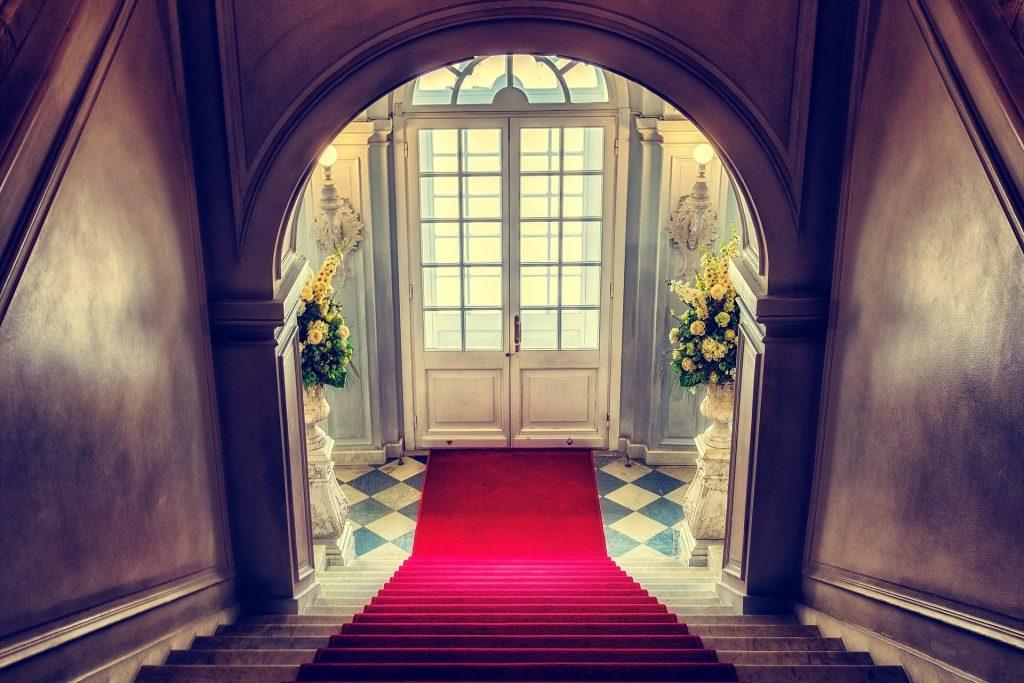 Entrée d'un château avec escaliers